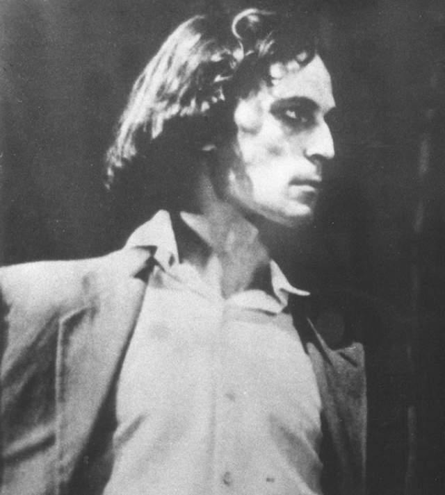 Тогда еще актер театра Александр Гордон .