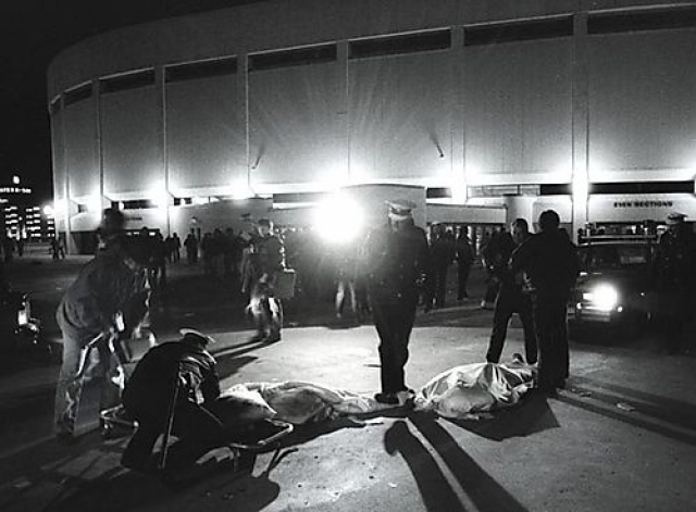 Тем, кто стоял у самого входа, почти три часа пришлось бороться с обезумевшей толпой, в которой каждый хотел оказаться как можно ближе к сцене… любой ценой. В давке погибли 11 молодых людей.