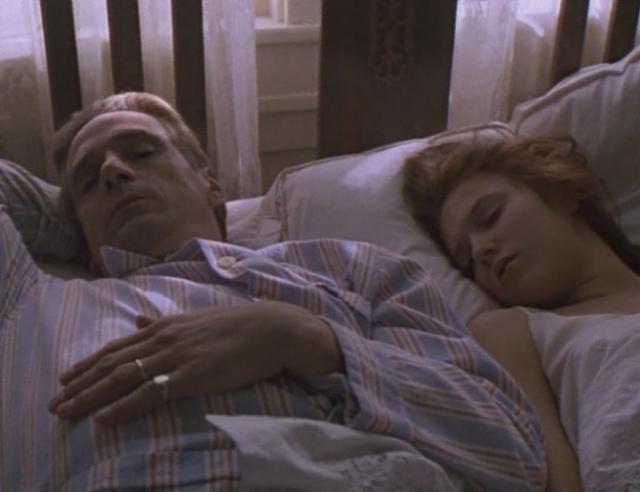В совместных сценах между Джереми Айронсом и Доминик Суэйн всегда прокладывали незаметную подушку. А в совсем интимных сценах ее подменяла дублерша.