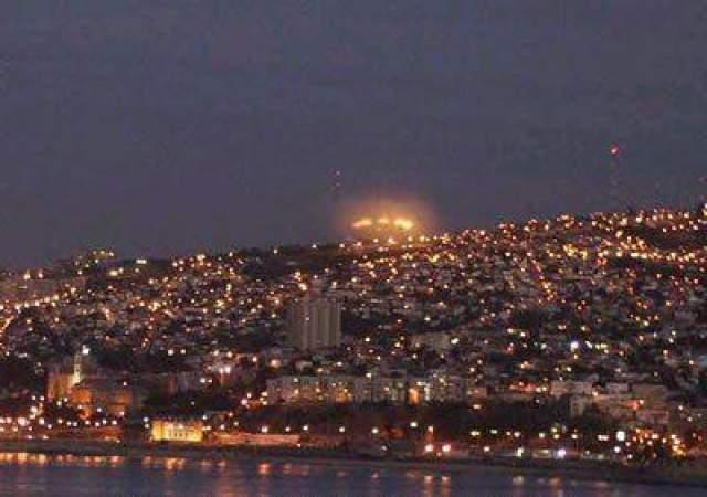Этот снимок был сделан в Мексике журналистом местной газеты Мануэлем Агирре. На большой дистанции над городом Вальпараисец виден ряд светящихся огней, исходящих от объекта сферической или дискообразной формы. Фотография была также признана подлинной. Вальпара, Мексика, 2004.
