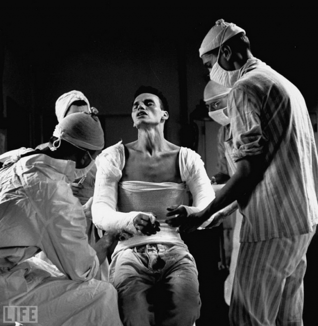Агония (Agony, Ralph Morse, 1944). Военный медик Джордж Лотт, тяжело раненный в обе руки.