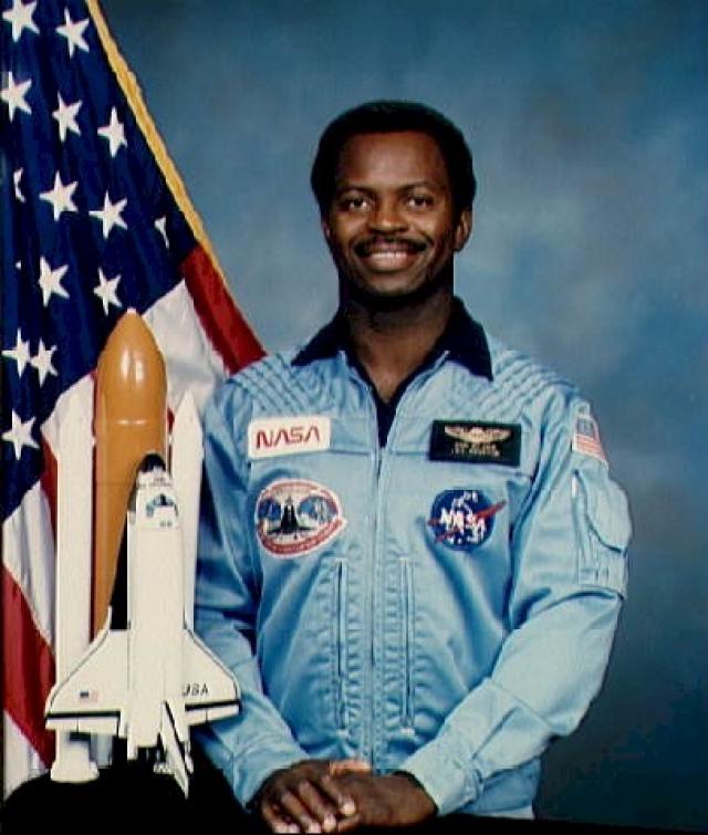 """Научный специалист - 35-летний Роналд Э. МакНейр . Физик, астронавт NASA. Провел в космосе 7 дней 23 часа 15 минут. Для него это был второй полет на """"Челленджере""""."""