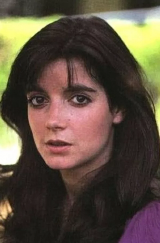 """Доминик Данн Американская актриса, которая снялась в нескольких фильмах. Самым известным ее проектом стал """"Полтергейст"""" 1982 года. Актрису задушил ее ревнивый бойфренд, который был шеф-поваром ресторана Ma Maison. Доминик Данн впала в кому и умерла в больнице пять дней спустя - 4 ноября ."""