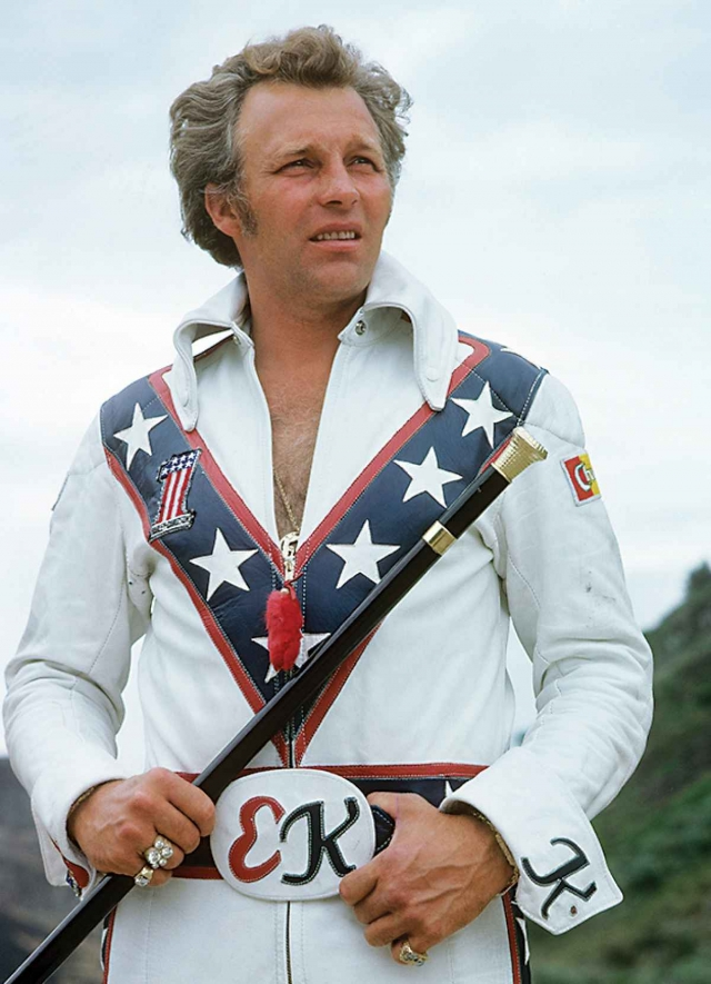 Ивел Книвел. Американский трюкач, прославившийся благодаря своим рискованным трюкам на мотоцикле, которые начал исполнять с 1966 года.