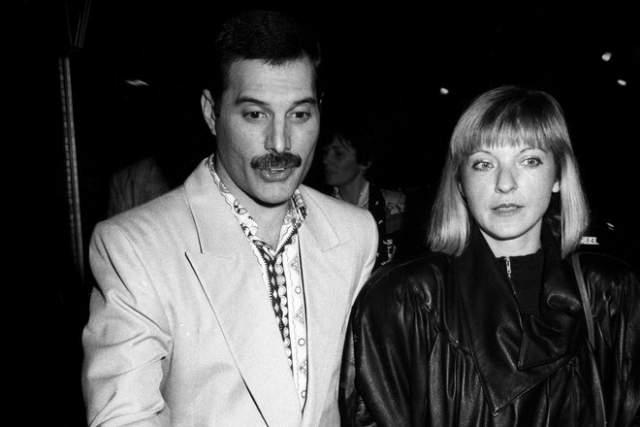 Фреди Меркьюри С ближайшим человеком в своей жизни Мэри Остин, Фреди познакомился в 1969 году. После нескольких лет, прожитых вместе, они расстались, а Фреди признался в том, что он бисексуален. Но дружба между Мэри и Фреди остались до самой смерти второго.