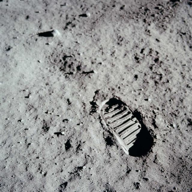 Однако также отсутствуют прыжки в длину, ожидаемая длина которых (не менее 3 метров) при высоте 50-70 см соответствовала бы лунной гравитации.