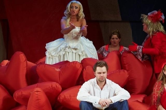 """Перед Бузовой распахнули двери театры: в сентябре 2010 она заменила Марию Кожевникову в спектакле """"Шикарная свадьба""""."""