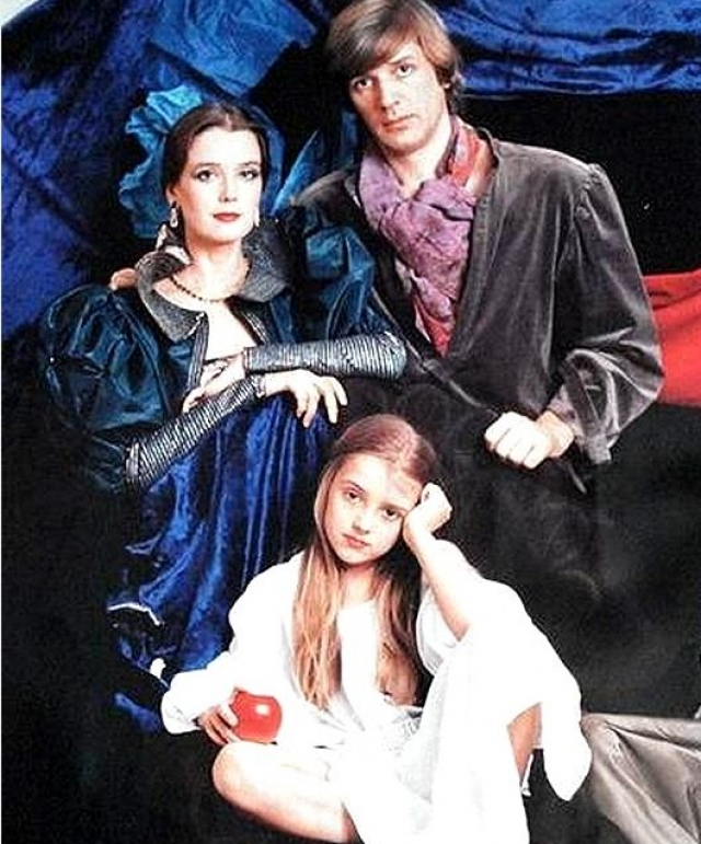 Однако характеры Ирины и Александра оказались слишком разными: Ирина всегда отличалась спокойным нравом, Абдулов же был азартным человеком, спокойная семейная жизнь была не для него. Их брак продлился 17 лет.