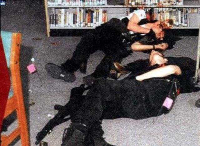 Затем Харрис и Клиболд вошли в библиотеку, перед этим бросив пару бомб в коридоре и выстрелив несколько раз по шкафчикам учеников, где продолжили расстреливать учеников в упор.