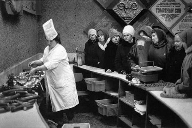 Фотография из колбасного отдела, 1980 год. Престарелые женщины выстроились в очередь за колбасой, коей было тогда максимум два сорта.