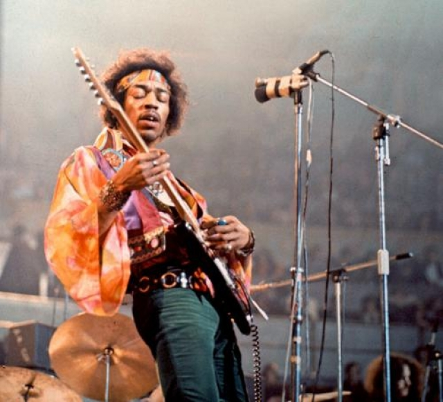Джими Хендрикс – человек-загадка, виртуоз гитары и лидер группы The Jimi Hendrix Experience. Хендрикса называют праотцом психоделического рока.