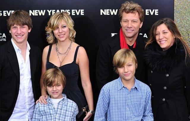 Весной 1993 года Доротея родила Джону девочку, Стефанию Роуз. Позднее у пары появились три мальчика: Джесси Джеймс Льюис (1995), Джейкоб (2002) и Ромео Джон (2004).