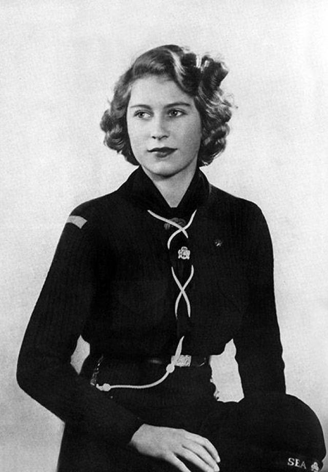 Обучением Елизаветы занимался лично ее отец - король Георг VI В числе ее учителей также значились вице-ректор Итона и архиепископ Кентерберийский. С ранних лет Лилибет, как ее звали дома, была увлеченной и активной натурой. Ей очень нравилось изучать языки. Благодаря иностранным гувернанткам, она в детстве в совершенстве овладела французским. В 11 лет, еще будучи принцессой, Елизавета стала скаутом, а затем морским рэйнджером.