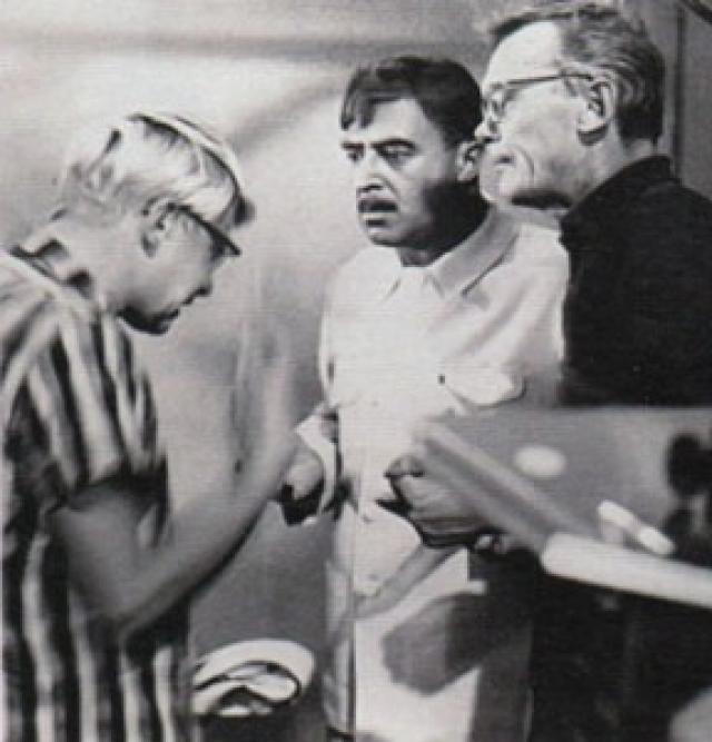 """В """"Кавказской пленнице"""" немало актерских удач. Прекрасно сыграл роль Саахова Владимир Этуш. В противовес веселой тройке для создания большего комического эффекта он был на экране все время серьезен."""