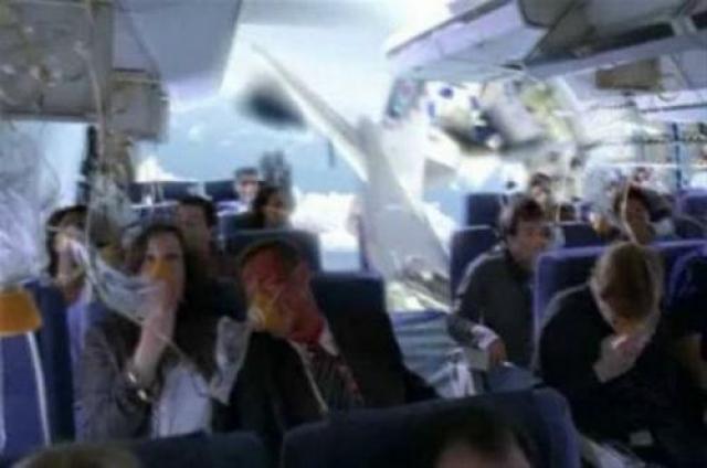 """Крушение авиалайнера компании Air France над Атлантикой в 2009 году. Согласно легенде, один из пассажиров, следовавших злополучным рейсом AF447, успел сделать это фото перед своей смертью. В действительности, это всего-навсего кадр из сериала """"Остаться в живых""""."""