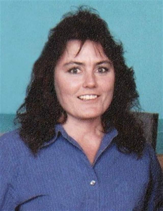 В 2004 году с Конни случилось несчастье. Муж Конни Томас Калп выстрелил в нее из дробовика. Женщина выжила, но осталась практически без лица. У нее не было глаз, скул, большей части носа и верхней челюсти. Она с трудом дышала, различала запахи и вкусы, не могла есть и пить. Так Конни выглядела до злополучного выстрела..