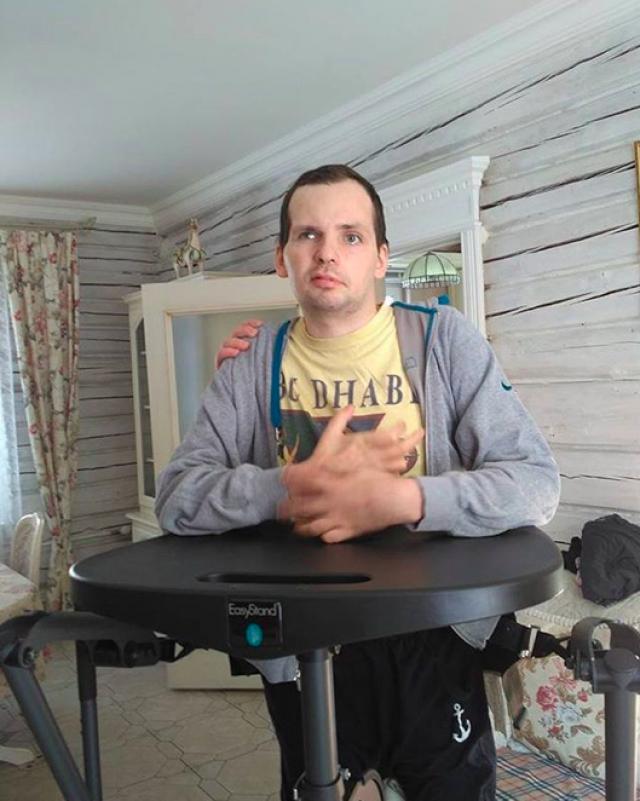 Янин до сих пор не может ходить. Благо, друзья подарили ему вертикализатор- тренажер, помогающий стоять. Это незаменимая вещь для тяжелобольных людей, которые могут лишь сидеть и лежать.