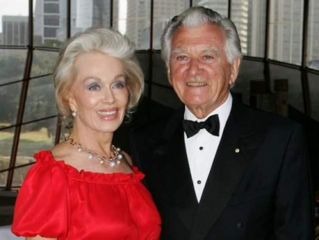Об этих отношениях знала вся страна, которая также знала, что Хоук давно не живет со своей женой.