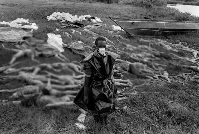 Еще одной серьезной проблемой стало отсутствие санитарной безопасности. Оно связано с огромным количеством трупов, брошенных на открытом воздухе, а также сброшенных в водоемы. Это привело к возникновению эпидемий, в частности, эпидемии холеры. Кроме того, бедствием стала эпидемия СПИДа, и ранее являвшаяся серьезной проблемой в Руанде.