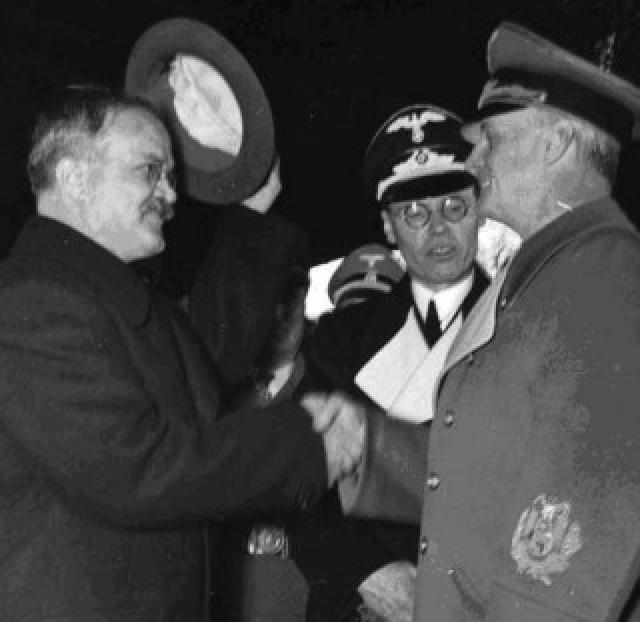 """В конце дня советский нарком иностранных дел еще раз встретился с Риббентропом. Министр иностранных дел Третьего рейха заявил, что он хотел бы дополнить слова фюрера о перспективах сотрудничества Германии и СССР. В ходе беседы он зачитал Молотову проект соглашения между государствами Тройственного пакта: Германией, Италией и Японией, с одной стороны, и Советским Союзом - с другой, однако подчеркнул, что это лишь """"сырые мысли""""."""