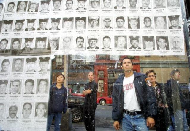 """В течение нескольких дней, последовавших за атаками, прошло множество памятных мероприятий и поминальных бдений, включая поминальные бдения 12 и 14 сентября в Нью-Йорке, и процессию со свечами 14 сентября в Вашингтоне. Более ста тысяч человек посетило мемориальную службу на Парламентском холме в канадской Оттаве, по всей Европе была объявлена """"минута молчания""""."""