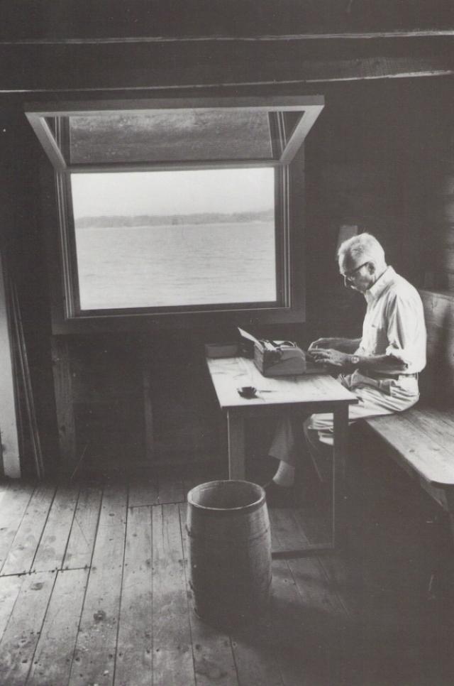 Американский писатель Уайт Элвин Брукс на своем прескромнейшем рабочем месте с видом на воду.