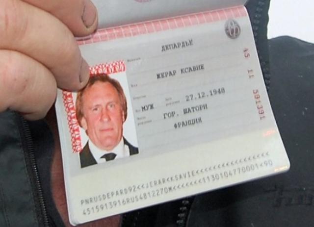 Российский паспорт с двуглавым орлом в январе 2013 года в Сочи ему вручил лично Путин.