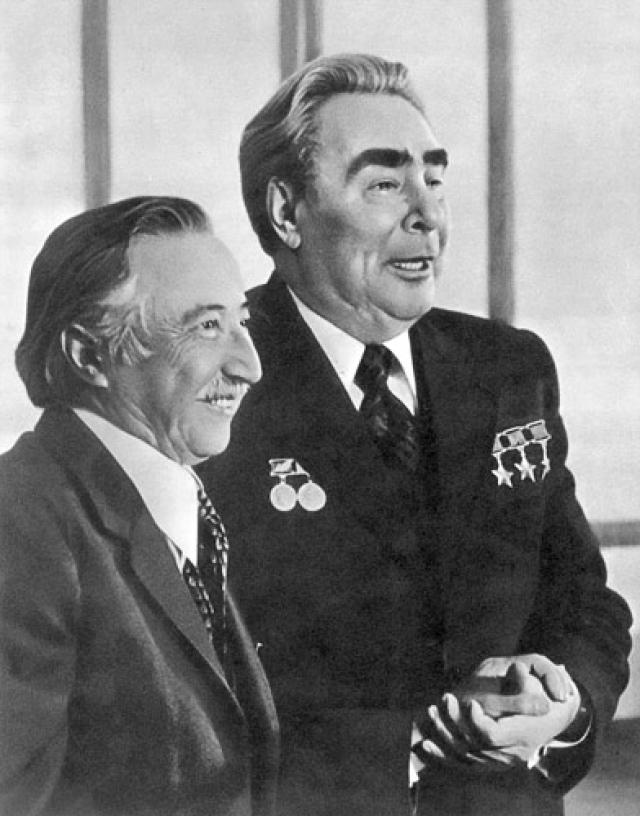 После ареста в 1973 году Корвалан был снова арестован вместе со многими другими противниками режима. Содержался сначала в одиночном заключении, затем в различных концлагерях, в том числе на острове Досон. После убийства Виктора Хары он стал наиболее известным чилийским политзаключенным. Во время заключения в 1975 году был удостоен Международной Ленинской премии.