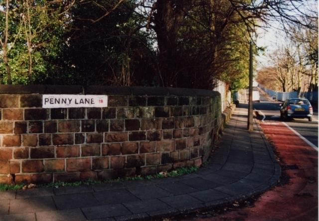 """После выпуска в 1967-м году трека """"Penny Lane"""", власти Ливерпуля терпели серьезные убытки из-за воровства табличек на домах. В итоге, было решено писать название улицы и номер дома прямо на стенах зданий."""