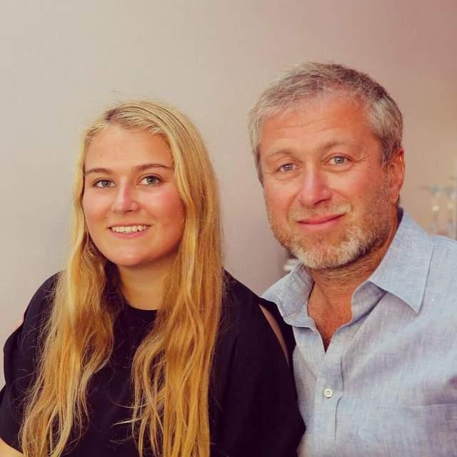 Софья Абрамович Софья - дочь известного российского бизнесмена Романа Абрамовича и его бывшей жены Ирины. 24-летняя девушка живет в Лондоне, увлекается конным спортом и много путешествует.