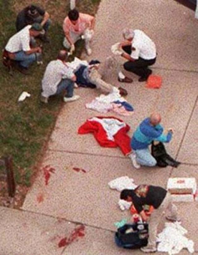 """После этого нападавшие повернулись к югу от школы и начали обстреливать учеников, сидящих на траве возле лестницы. Один из пострадавших простонал: """"Помогите мне…"""", на что Дилан ответил: """"Ага, сейчас помогу…"""" и выстрелил ему в лицо, нанеся тяжелое ранение."""