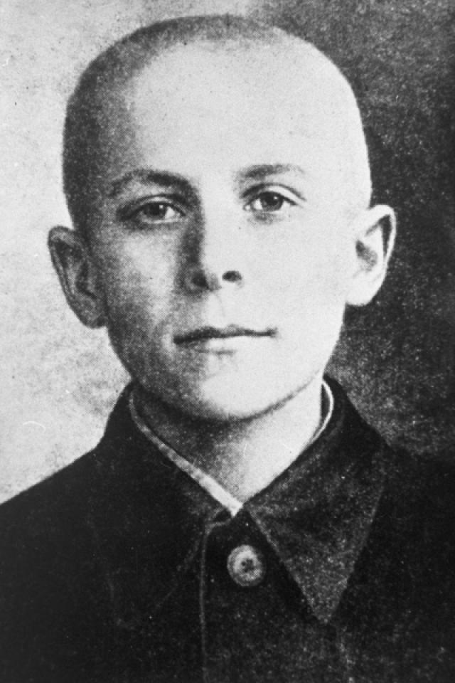 В 1941 году, когда Белорусия стала оккупированной территорией, мать маленького Марата и его сестры Ариадны, прятала у себя раненых партизан, за что была казнена немцами. Брат с сестрой ушли в партизаны.