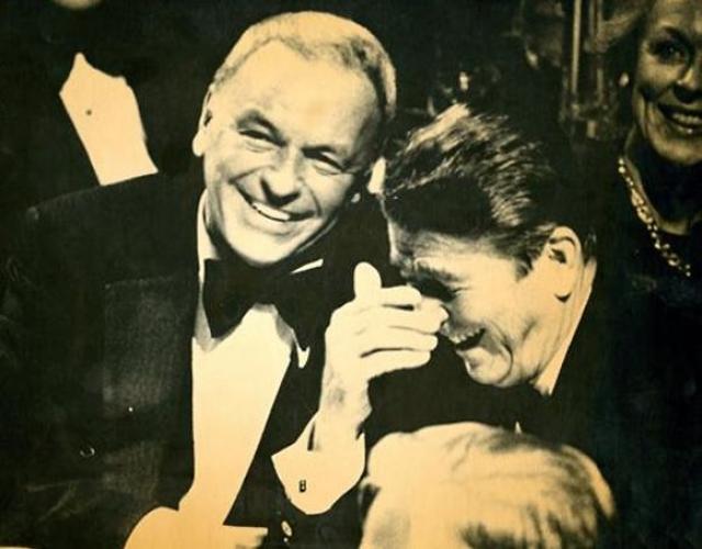Как бы там ни было, Кеннеди, как мы знаем, стал-таки президентом – с помощью Синатры и мафии или без таковой. А Фрэнк Синатра продолжал петь и умудрялся при этом быть лучшим другом как сомнительным личностям вроде Лаки Лучано, так и всем американским президентам от Франклина Рузвельта до Рональда Рейгана. На фото: Синатра и Рональд Рейган