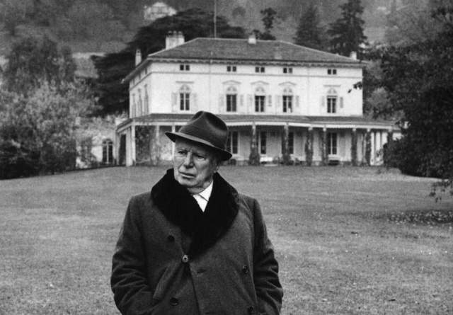 В 1947 году Чаплина объявили коммунистом и звезда начала гаснуть быстрыми темпами. Он поехал в Лондон, после чего ему запретили возвращаться в Штаты. Понимая, что для камбэка ему придется объяснить свои взгляды на политику и частную жизнь, Чаплин решил остаться в Европе и поселился в Швейцарии, где и встретил печальный конец своей карьеры.