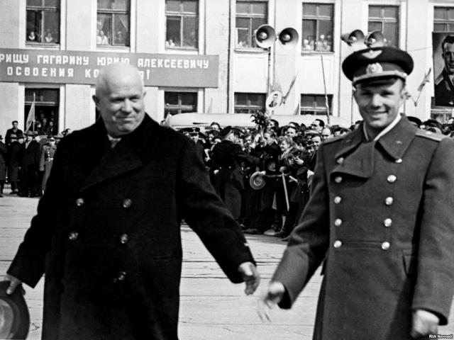 Раньше носки делали без резинок, и на икрах носили подтяжки, чтобы носки не сползали. У Гагарина на одной ноге отцепилась эта резинка, и железная пряжка била его по ноге.