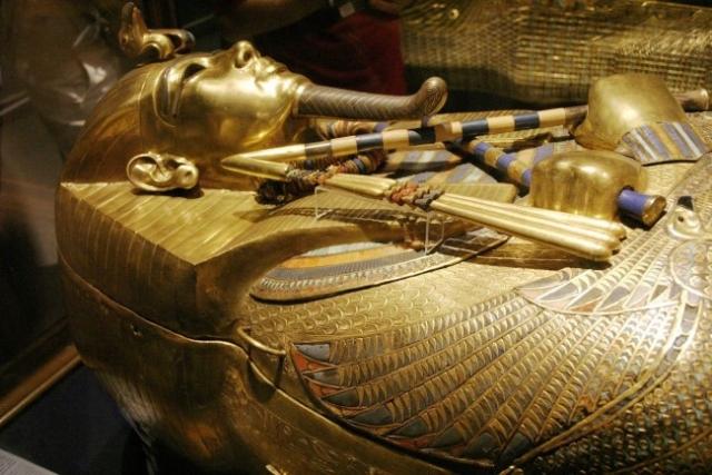 В 1922 году англичане Говард Картер и лорд Карнарвон нашли гробницу Тутанхамона, нетронутую грабителями. Археологи вскрыли двойной гроб, обнаружив внутри золотой саркофаг. Внутри хорошо сохранились даже цветы, так что их открытие было по-настоящему уникальным.