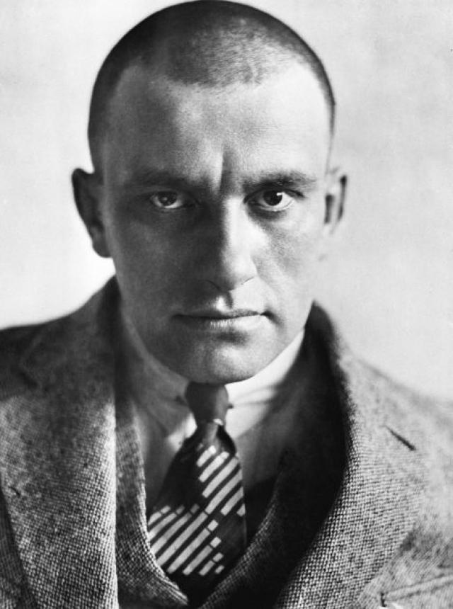 """1930 год начался для поэта неудачно. Он много болел. В феврале Лиля и Осип Брик уехали в Европу. Маяковского начали нещадно прорабатывать в газетах как """"попутчика советской власти"""" - в то время как он сам видел себя пролетарским писателем."""