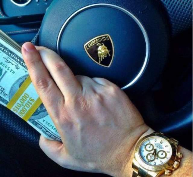 Тимоти Сайкс любит демонстрировать в социальных сетях собственную успешность равнозначную роскоши.