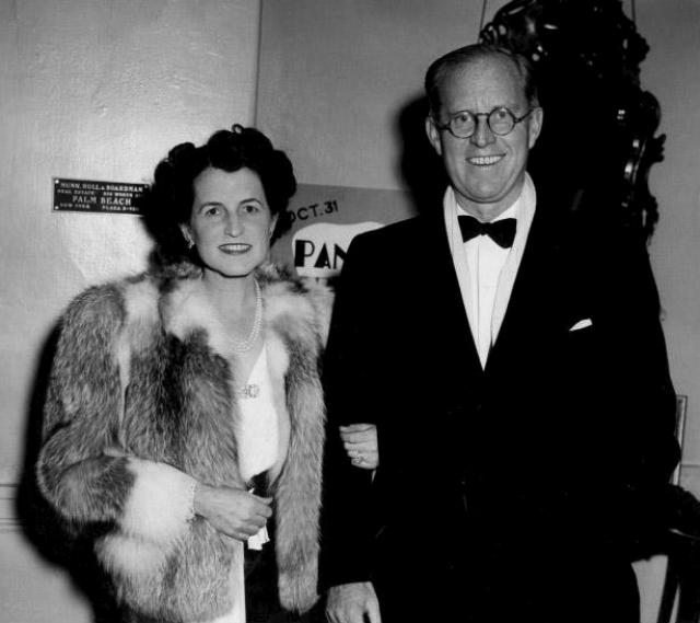 Родители Джона Кеннеди. Джозеф и Роза познакомились в 1906 году, правда поженились они через 12 лет, поскольку отец девушки обещал ее руку другому. Спустя год после свадьбы у них родился первенец - Джозеф Патрик Кеннеди-младший.