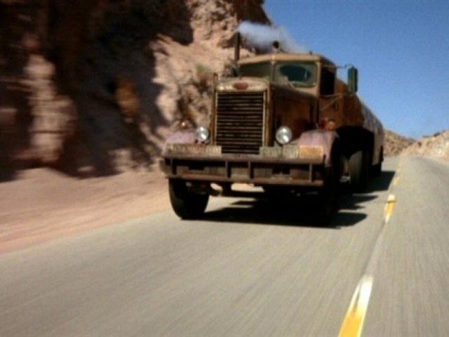 """""""Дуэль"""". Ночной кошмар любого водителя: ровная пустынная дорога и машина неизвестного преследователя, не дающая отказаться от вынужденной гонки."""