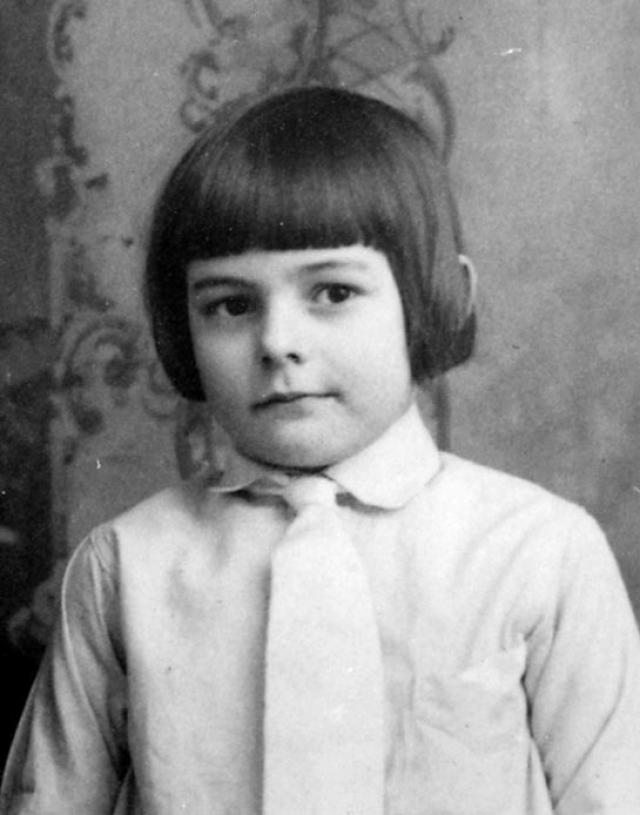 Эрнест Хемингуэй. Автор родился 21 июля 1899 года в привилегированном пригороде Чикаго. Его отец Кларенс Эдмонт Хемингуэй был врачом, а мать Грейс Холл посвятила жизнь воспитанию детей.