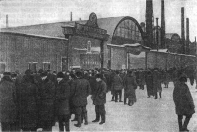 В первых числах декабря 1904 года на Путиловском заводе были уволены 4 рабочих. В рабочей среде очень быстро распространились слухи, что людей выгнали с завода за их принадлежность к Собранию.