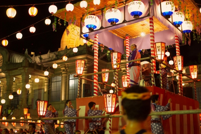 12 августа в Японии накануне праздника Обон был каникулярный период, когда многие японцы делают ежегодные поездки в родные города и на курорты.