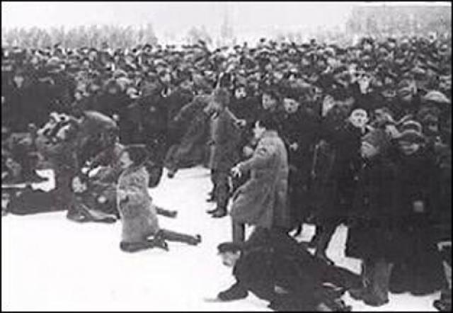 Солдаты открыли огонь, захватили одну баррикаду, но рабочие к этому времени уже построили другую. До конца дня пролетарии возвели еще несколько баррикад. Но все они были захвачены войсками, а по бунтарям стреляли боевыми патронами.