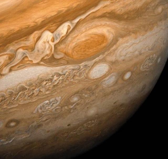 Большое красное пятно Юпитера, снятое в 1979 году Воядржером.