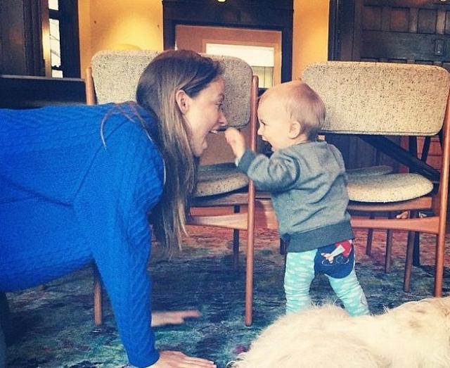Актриса с малышом явно весело проводят время.