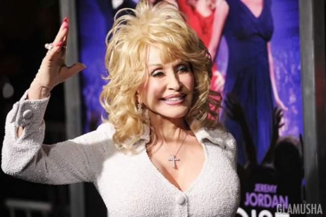 Долли Партон, 73 года Ни для кого, знакомого с Долли Партон, не должно оказаться сюрпризом, что она застраховала свою легендарную грудь на $ 600 000, хотя эта часть ее тела, по слухам, могла бы стоить $3.8 миллиона.