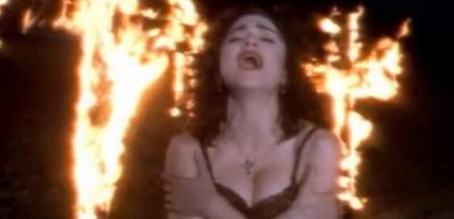 """Мадонна проклята Ватиканом и Офицально Папой Римским. Всему причиной эксцентричное видео на хит """"Like A Prayer"""", в котором Мадонна снята на фоне горящих огнем крестов."""