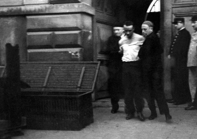 Ходили слухи, что задержка была вызвана специально, чтобы солнце успело взойти, и фотографы сумели сделать фотографии осужденного и казни.