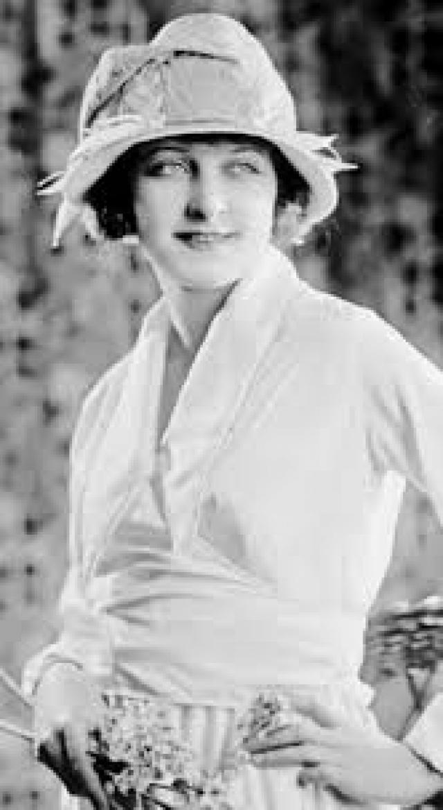 Платье Мэнсфилд немедленно загорелось, и актриса получила серьезнейшие ожоги всего тела. Ее немедленно доставили в больницу, однако она скончалась от полученных ожогов спустя сутки.